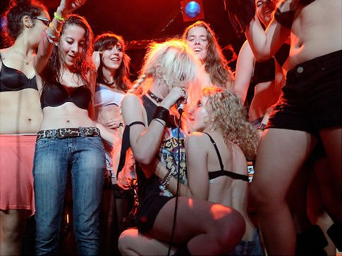 Taylor Momsen Did What!? Former 'Gossip Girl' Star Gives Female Fan Lap Dance
