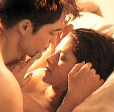 'Twilight' Bed Where Robert Pattinson and Kristen Stewart Had Their First Kiss Up for Auction?
